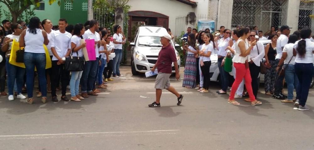 Foto: José carlos -Silvestre Santos / Alta Pressão Corpo de enfermeira morta em Alagoinhas é enterrado no cemitério Praça da Saudade