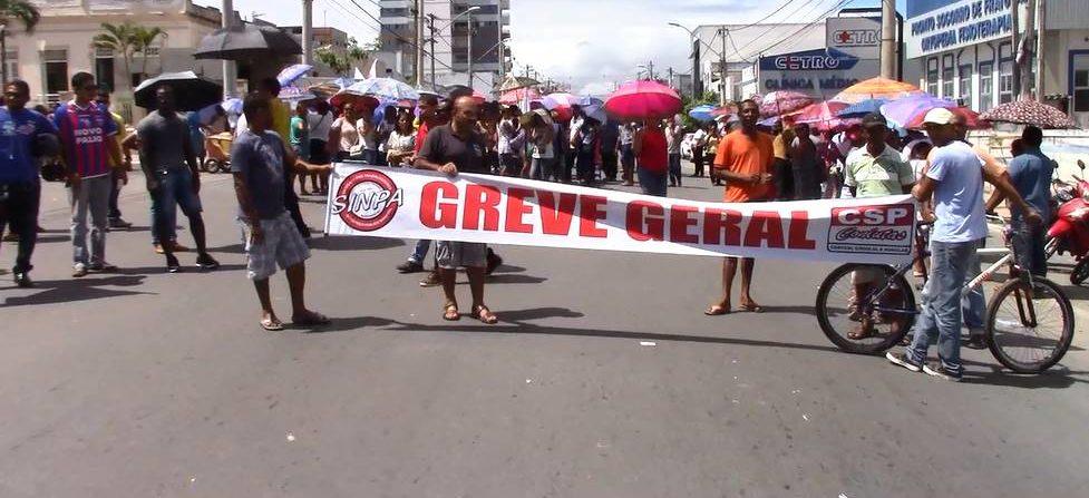 Servidores municipais protestam no centro de Alagoinhas