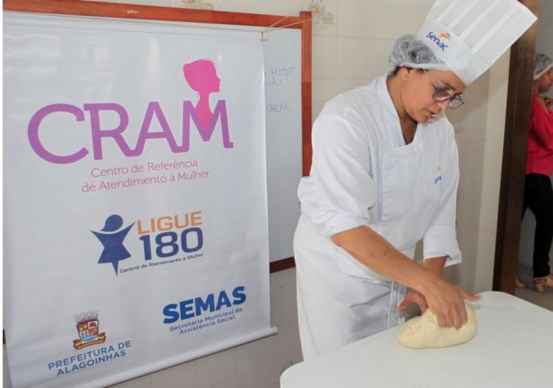 Mulheres participam de oficina de pizza no CRAM, em parceria com o SENAC