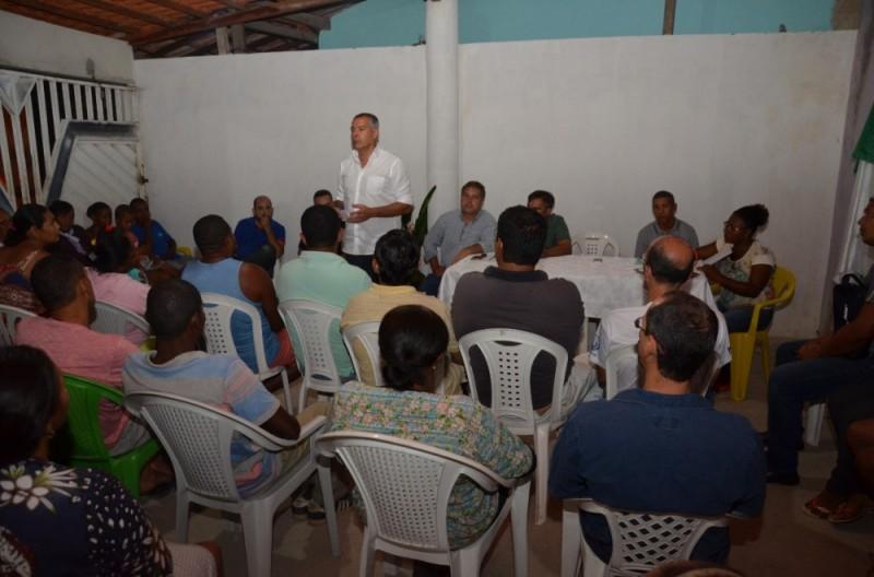 Prefeito Joaquim Neto conversa com moradores