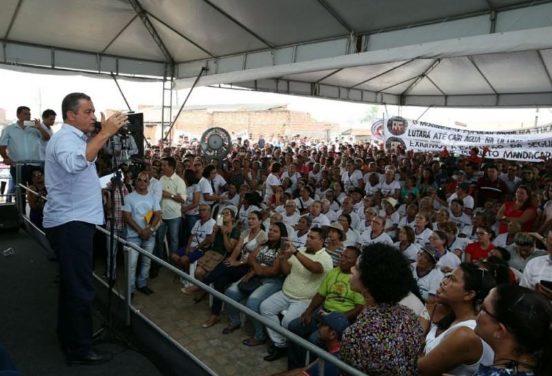 Rui autoriza obra que garante água tratada a dez mil baianos do Sertão