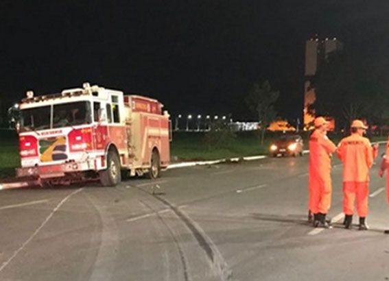 Caminhão do Corpo de Bombeiros invade Esplanada dos Ministérios
