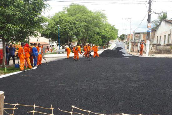 Praça Frei Leão recebe camada de asfalto