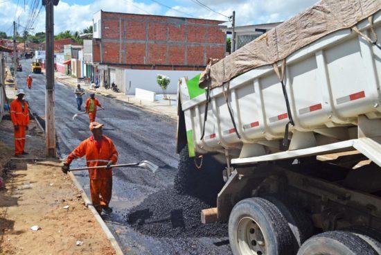 Prefeitura inicia asfaltamento em mais um trecho da 8 de dezembro