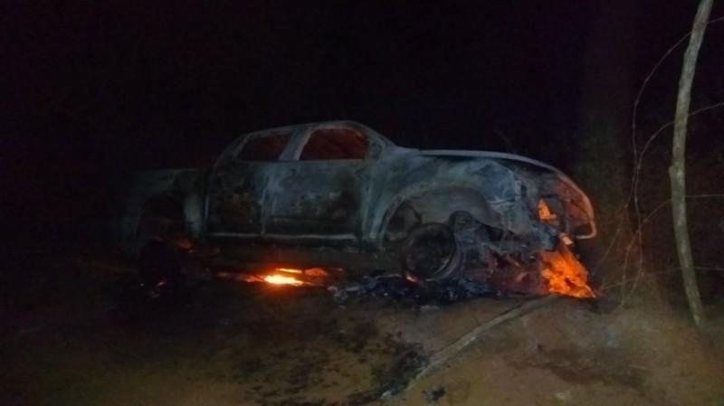 Bandidos incendeiam viatura e deixam segurança baleado em estrada de Catu