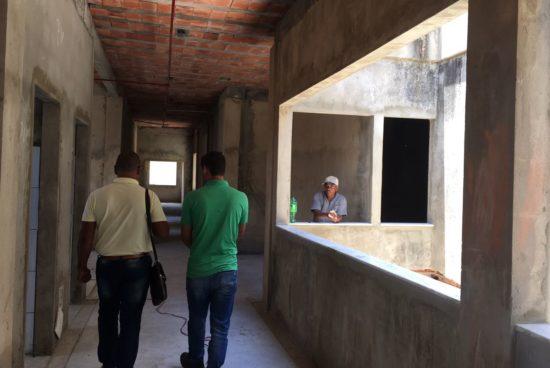 Secretário visita obra do posto de saúde de Narandiba